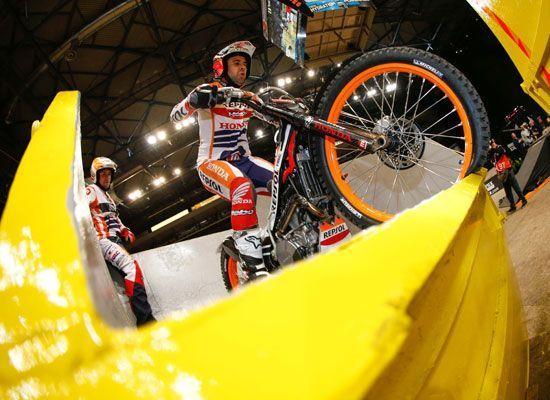 Toni Bou a ritmo de record en el Trial Indoor de Sheffield