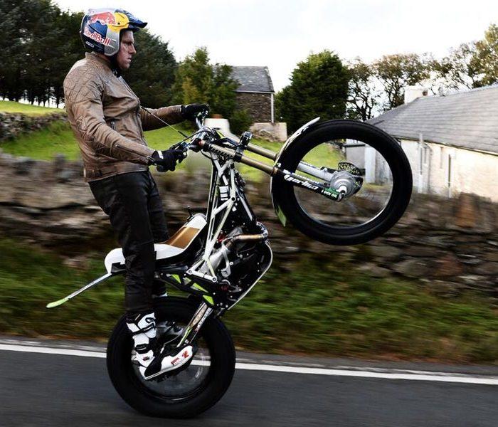 Dougie Lampkin completa con éxito su wheelie en la Isla de Man | VIDEO