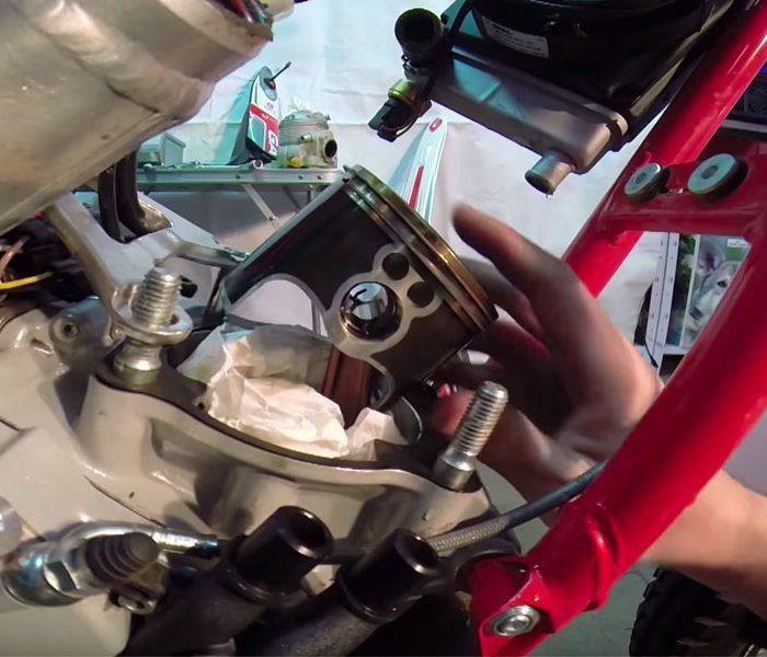 Tutorial para cambiar el cilindro y pistón en una moto de trial | VIDEO