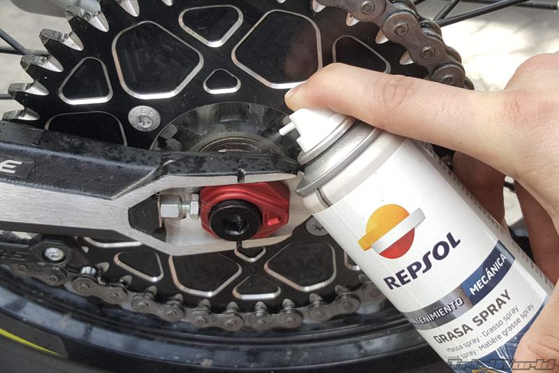 lubricar-engrase-moto-trial-eje-trasero