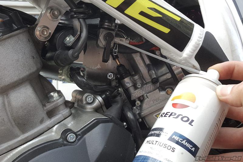 lubricar-engrase-moto-trial-grifo-gasolina