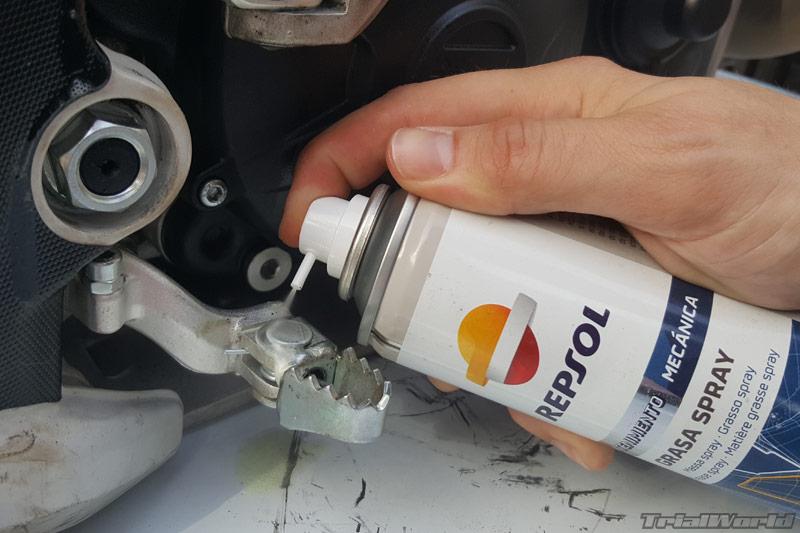 lubricar-engrase-moto-trial-pedal-freno
